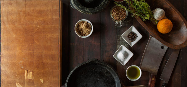 Tisch mit Gewürzen und Kräutern