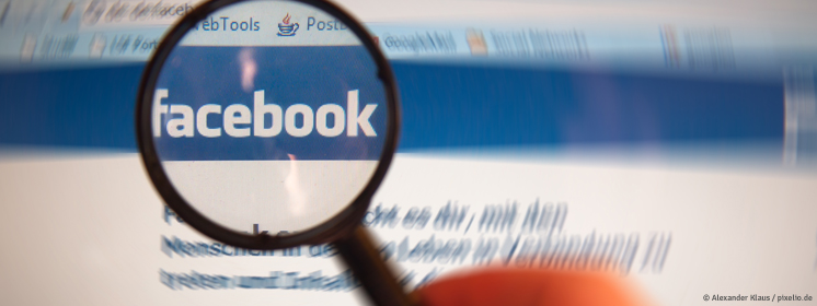 Lupe über dem Facebook-Logo