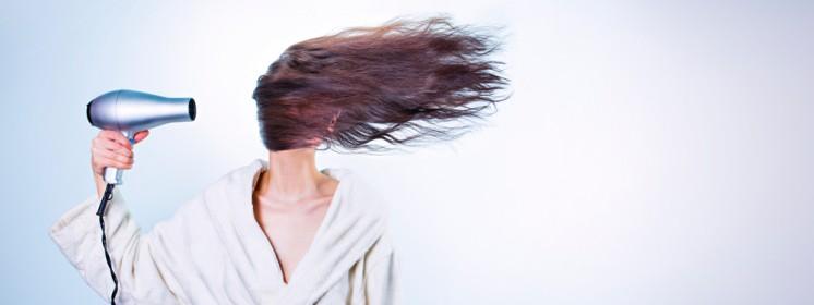 Fliegende Haare durch Fön