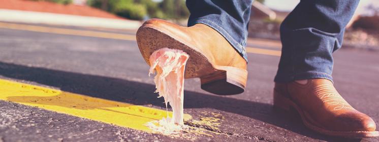 Schuh tritt in Kaugummi