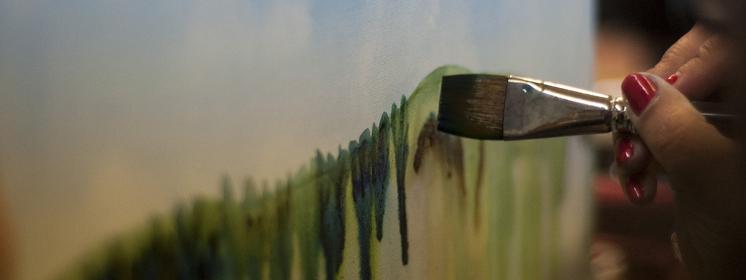 Pinsel malt auf Leinwand