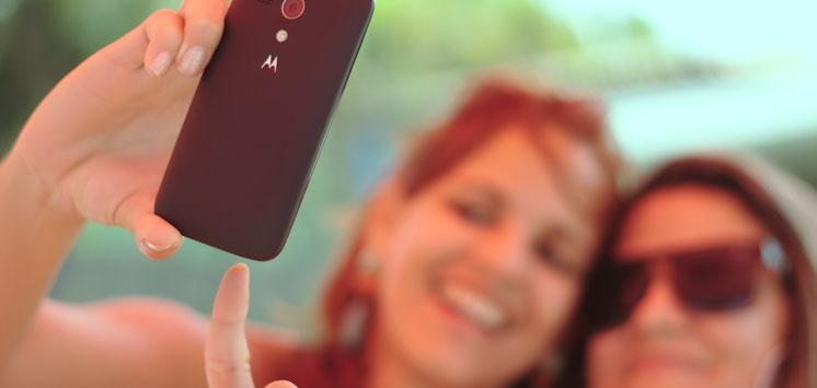 Zwei Mädels machen ein Selfie