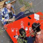 Drei Personen am Tisch im Gespräch