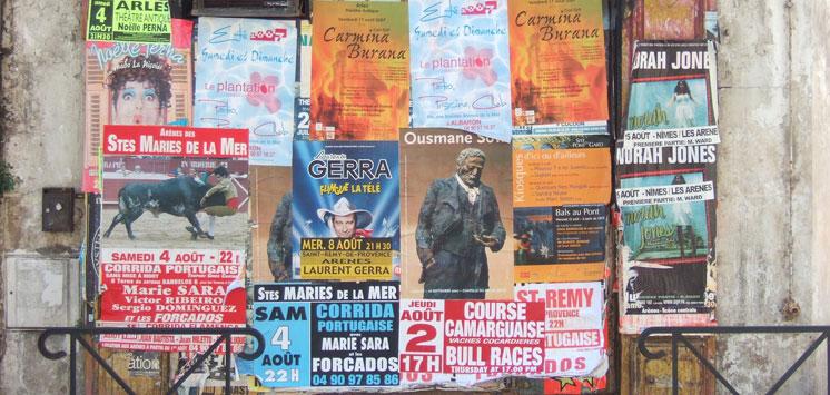 Werbeplakate an Wand.
