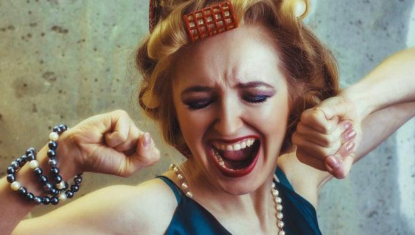 Frau mit Lockenwicklern schreit