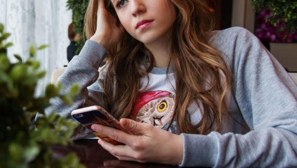 Mädchen mit Smartphone in der Hand